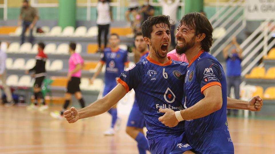 Jorge Tabuenca y Nano Modrego, jugadores del Full Energía Zaragoza, celebran un gol. (Foto: Andrea Royo López)