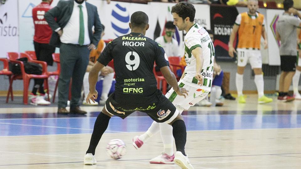 Pablo del Moral, jugador del Córdoba Patrimonio, ante Higor, del Palma Futsal.