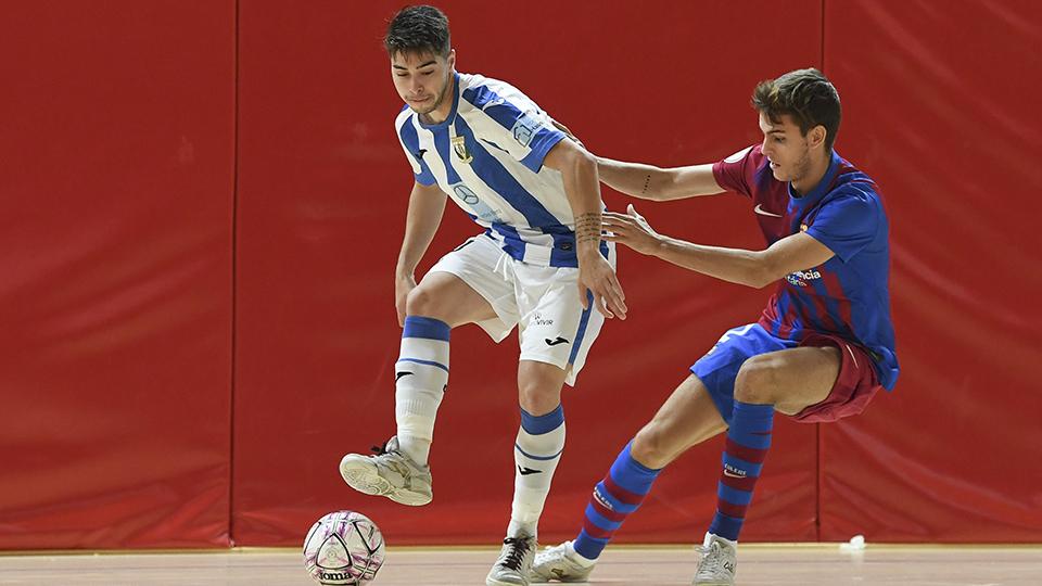 Dela jugador del CD Leganés, ante Ortas, del Barça B.