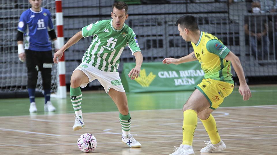 Lin, jugador del Real Betis Futsal, ante Bruno Petry, del Jaén FS.