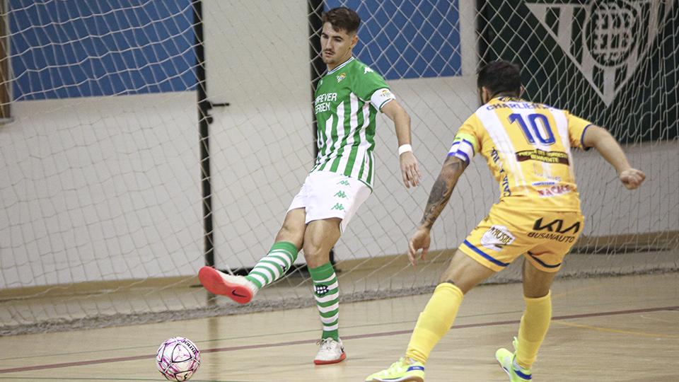 Charly, jugador del Real Betis Futsal B, ante Charlie, del Atlético Benavente.