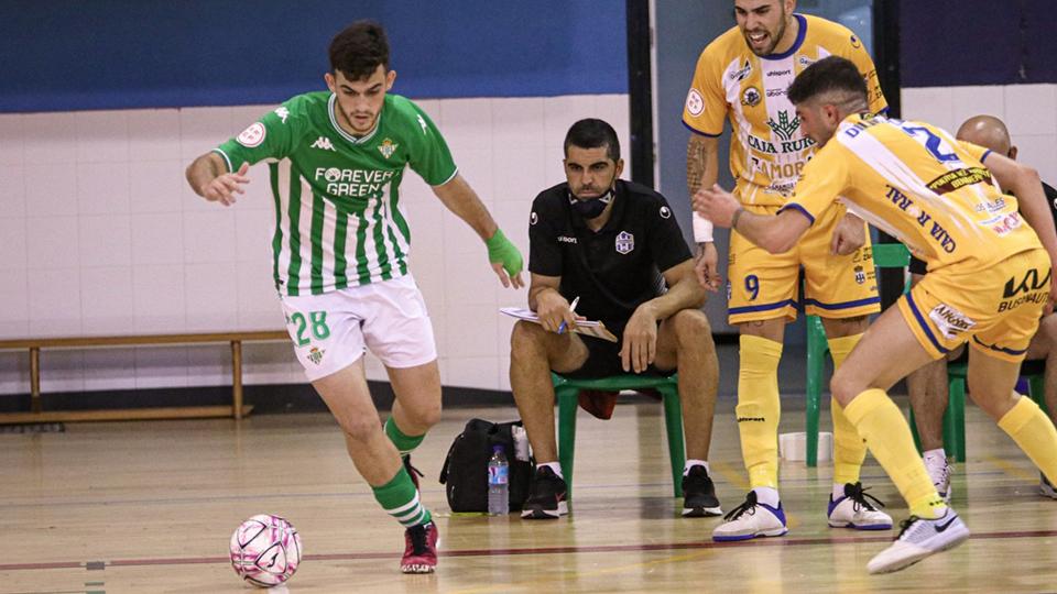 Cristian Povea, del Real Betis Futsal B, conduce el balón.