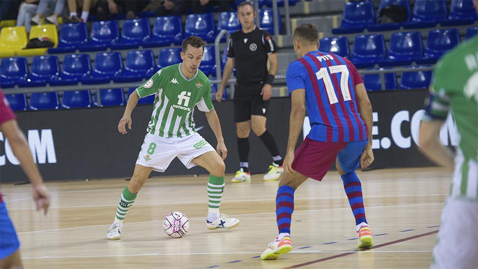 Lin, del Real Betis Futsal, encara a Pito, del Barça.