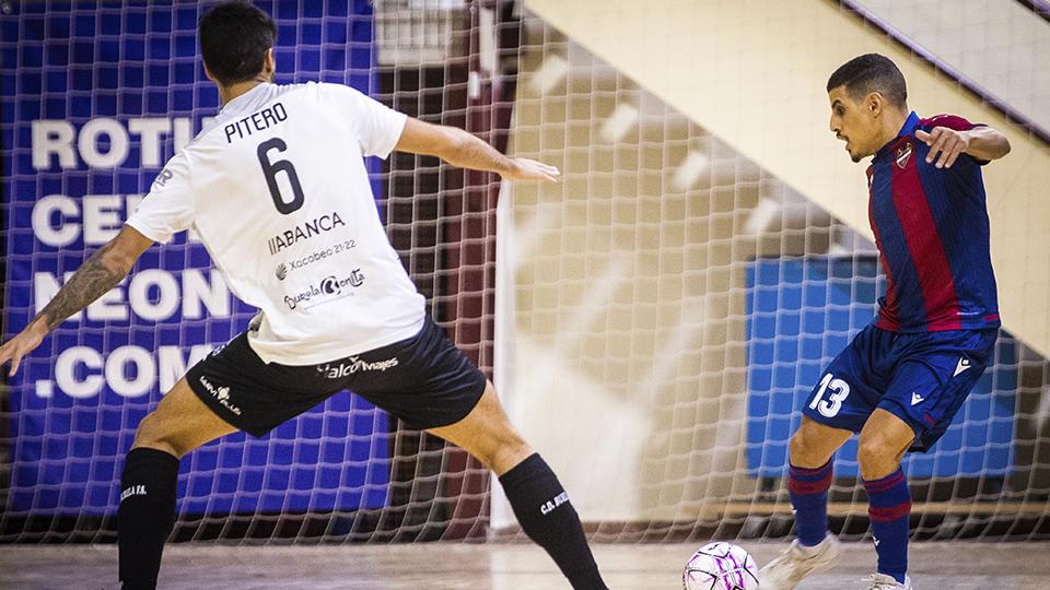 Hamza, jugador del Levante UD FS, ante Pitero, del Burela FS.