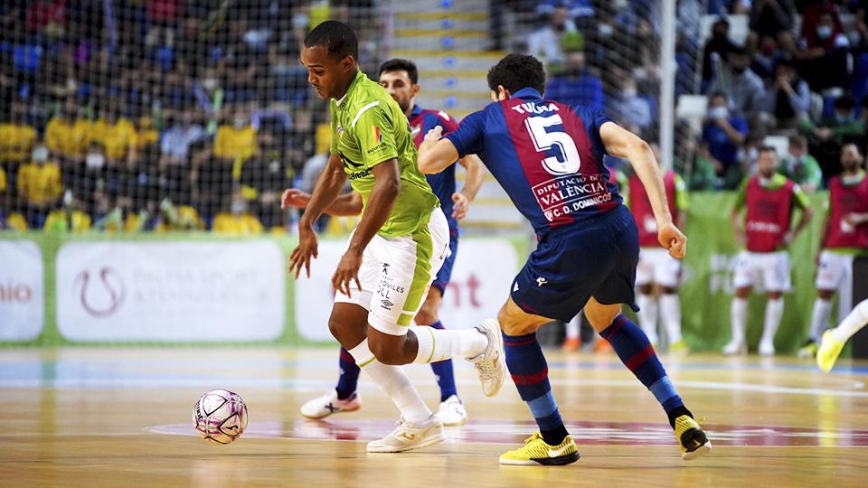 Higor, jugador del Palma Futsal, ante Marc Tolrá, del Levante UD FS.