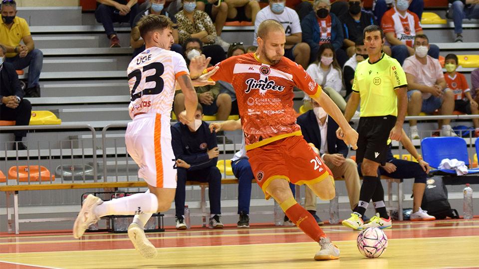 Solano, jugador del Jimbee Cartagena, dispara ante Uge, del Ribera Navarra.