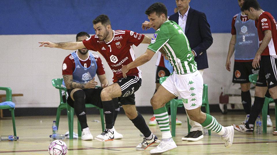 Javi Alonso, jugador del Fútbol Emotion Zaragoza, ante Eric Pérez, del Real Betis Futsal.