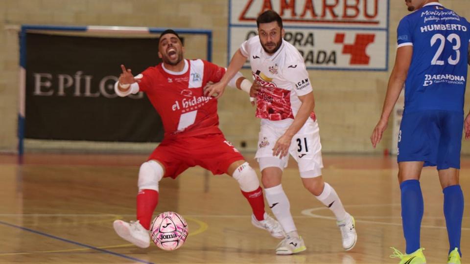 Gadeia, de ElPozo Murcia Costa Cálida, pugna por el balón con Dani Juárez, del Manzanares FS Quesos El Hidalgo