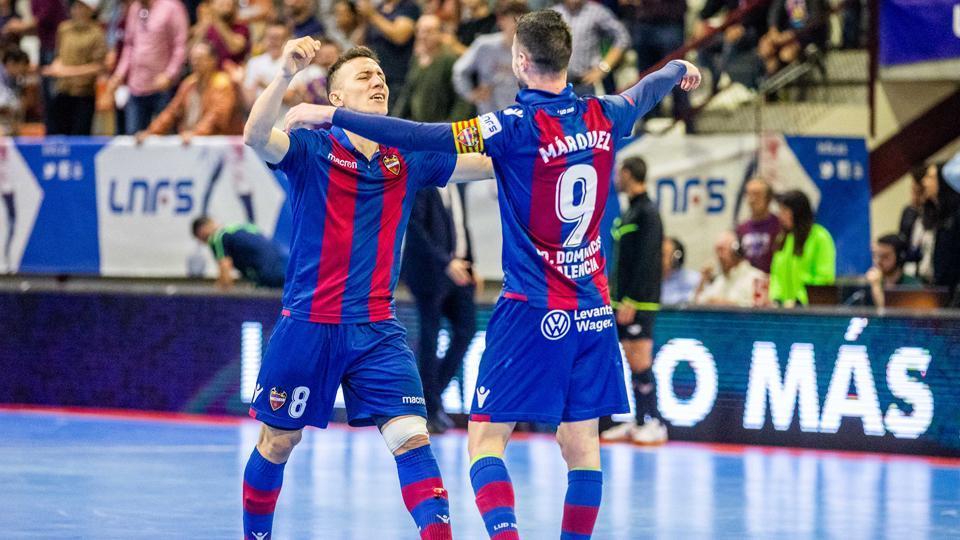 Márquez y Maxi Rescia celebran un gol del Levante UD FS