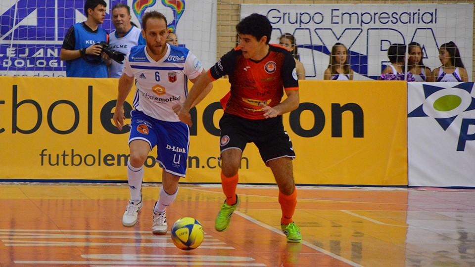 Cary, de Fútbol Emotion Zaragoza , disputa el balón con Nil Closas, de Aspil-Jumpers Ribera Navarra.