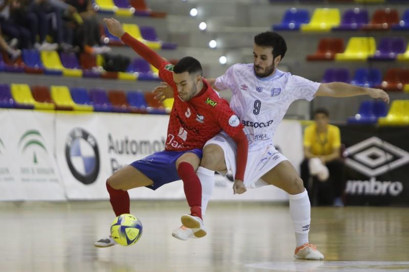 Colacha, del Atlético Mengíbar, y Dani Ramos, del BeSoccer CD UMA Antequera, pugnan por un balón