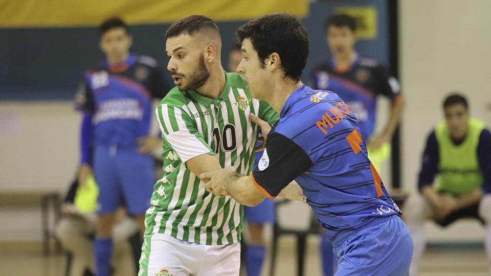 Ivi, jugador del Real Betis Futsal, pugna con Muniesa, del Azulejos Moncayo Colo Colo.