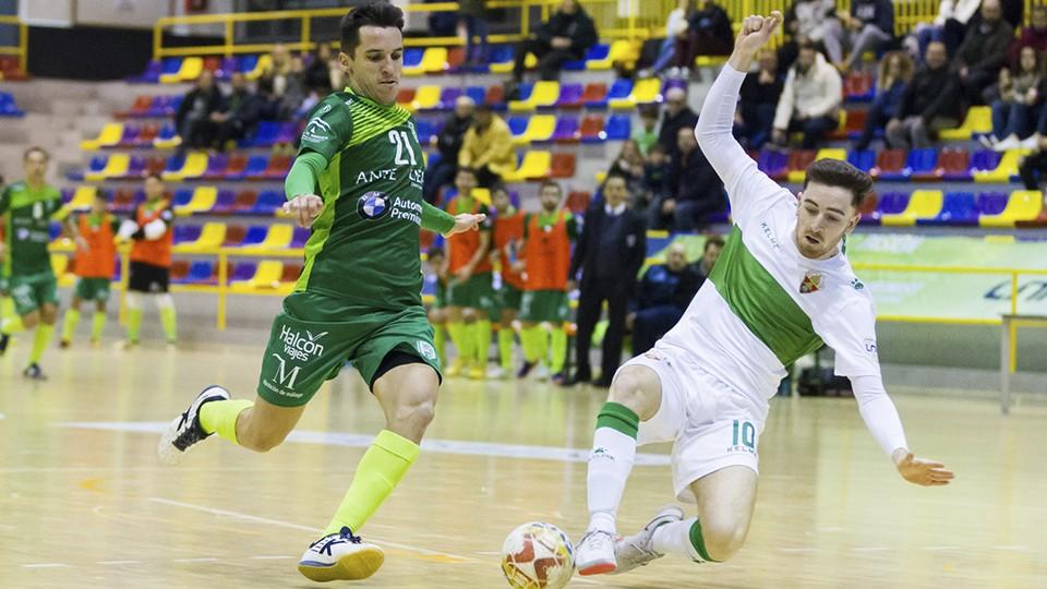 Óscar, de BeSoccer CD UMA Antequera, pelea un balón con Samu, de Irefrank Elche CF.
