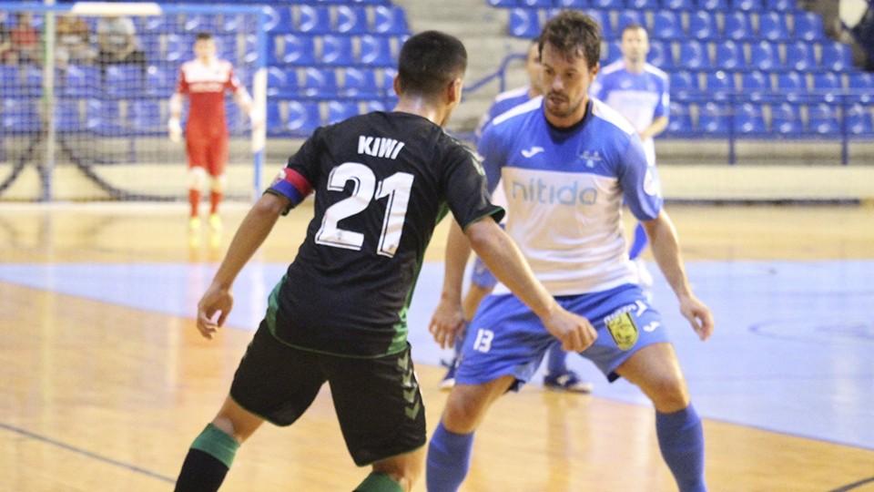 Kiwi, jugador del Irefrank Elche CF, encara a Rafa Ara, del Nítida Alzira.