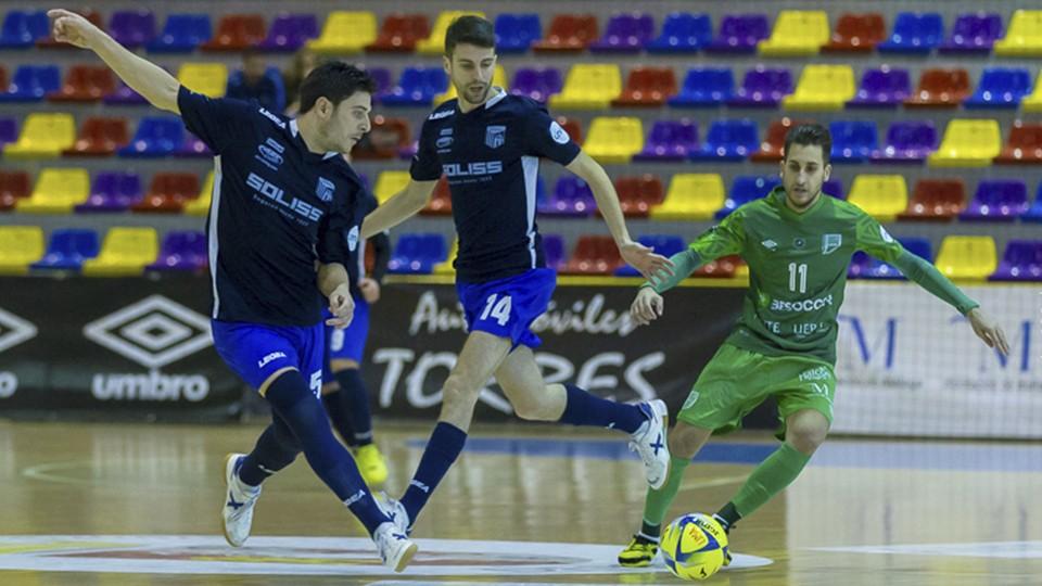Pepe, jugador del Soliss FS Talavera, ante Álex Fuentes, del BeSoccer CD UMA Antequera.