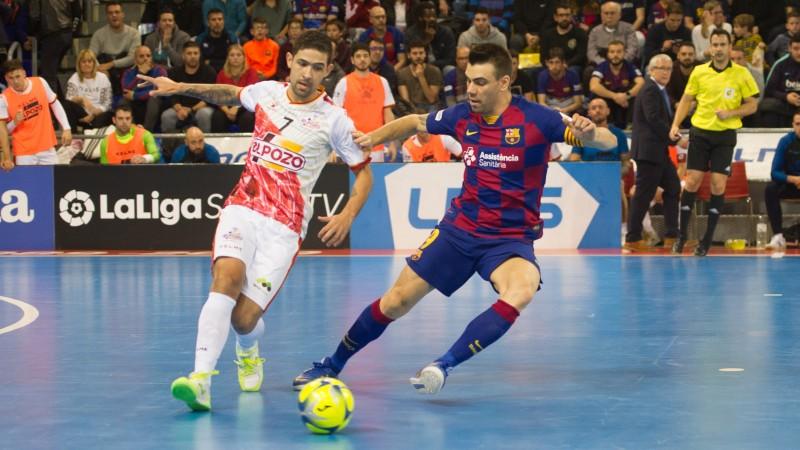 Felipe Valerio de ElPozo Murcia, y Sergio Lozano, del Barça, durante un lance del juego.