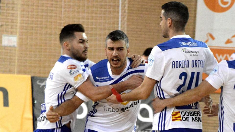 Los jugadores del Fútbol Emotion Zaragoza celebran un tanto.