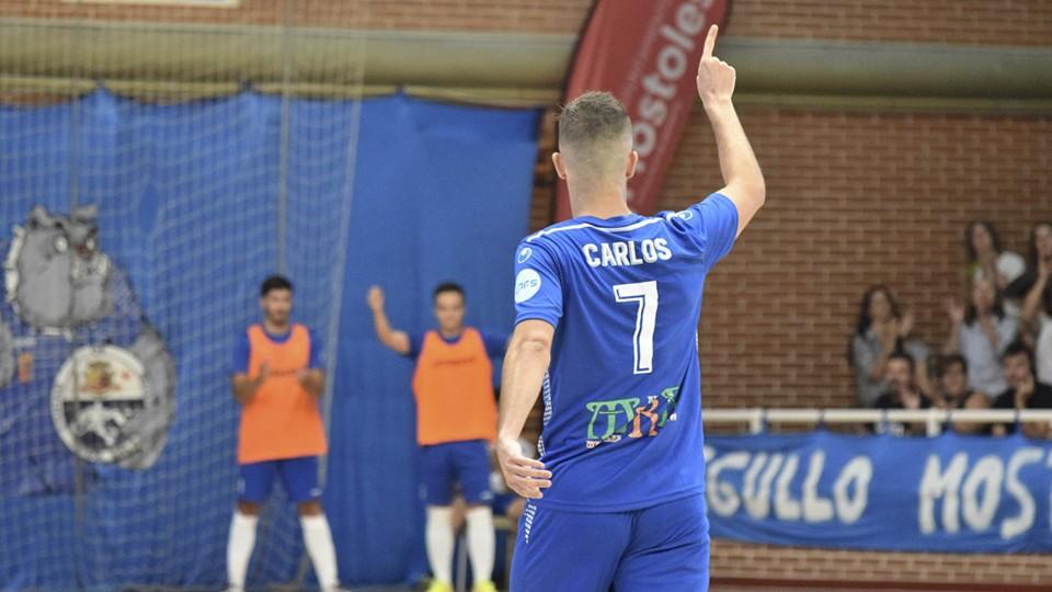 Carlitos, jugador del Ciudad de Móstoles, celebra un tanto.