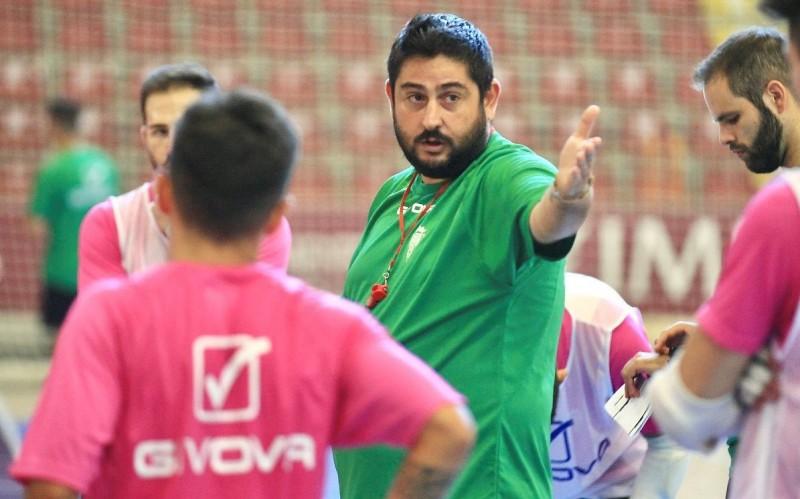 Josan González, entrenador del Córdoba Patrimonio de la Humanidad, durante un entrenamiento