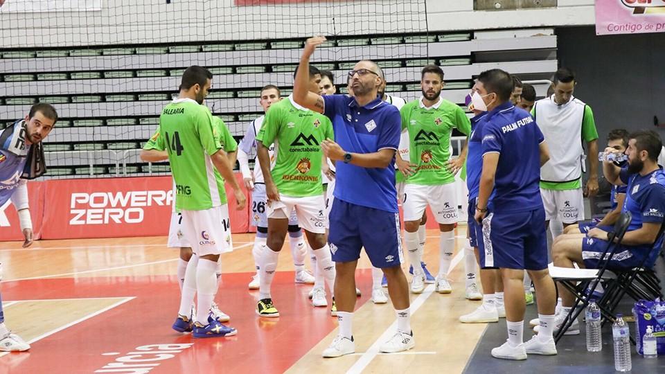 Vadillo, entrenador de Palma Futsal, da indicaciones a sus jugadores.