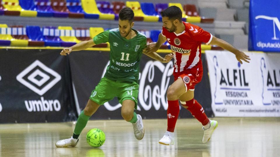Álex Fuentes, jugador del BeSoccer CD UMA Antequera, protege el balón ante Andresito, del Jimbee Cartagena