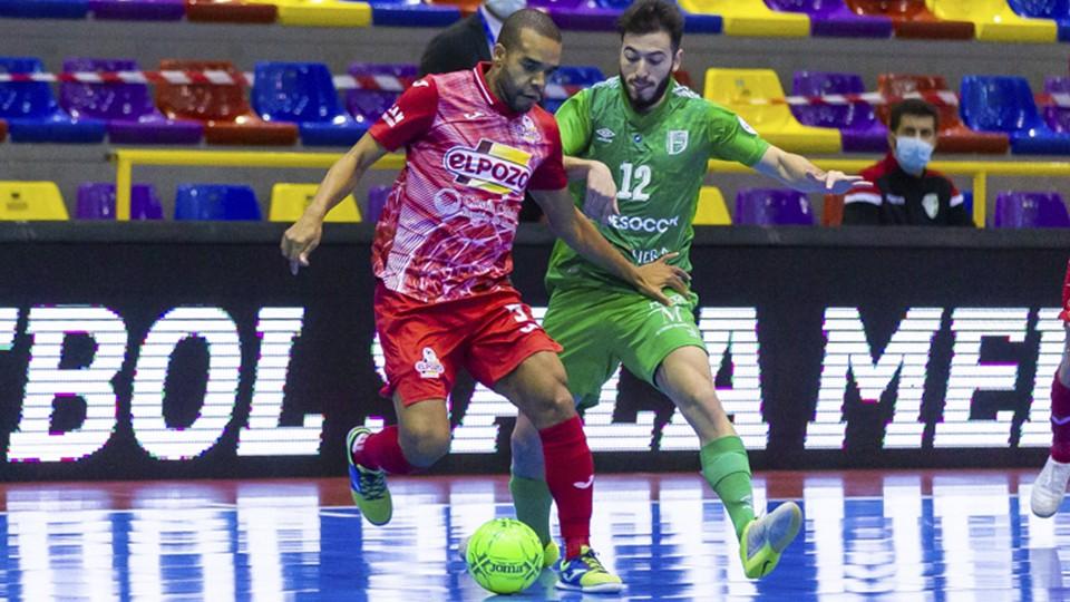 Leo Santana, de ElPozo Murcia Costa Cálida, protege el balón ante Cobarro, de BeSoccer UMA Antequera