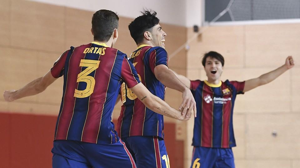 Los jugadores del Barça B celebran un tanto.