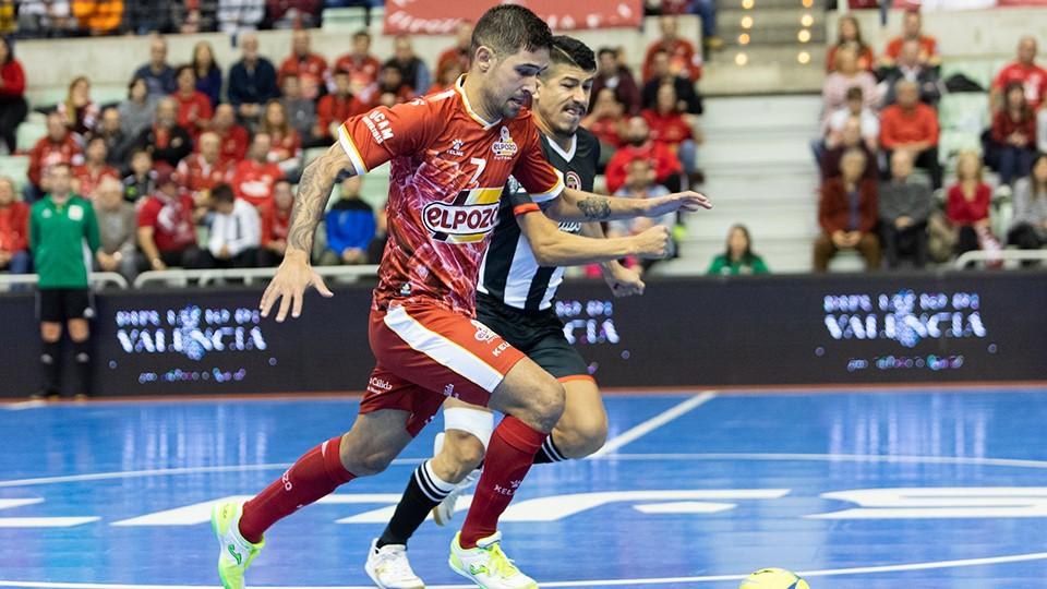 Felipe Valerio, jugador de ElPozo Murcia Costa Cálida, ante Franklin, del Jimbee Cartagena.