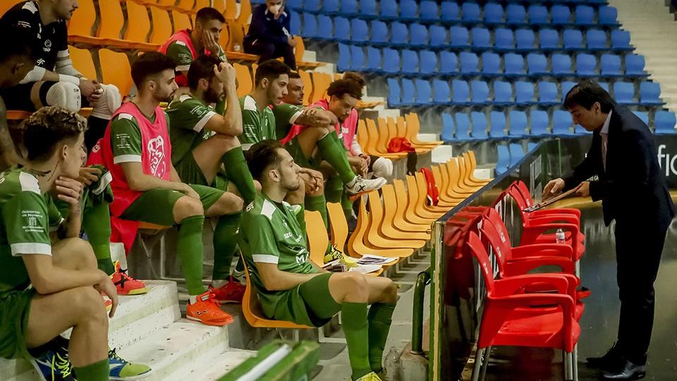 Imanol Arregui, entrenador del Osasuna Magna Xota, da instrucciones a sus jugadores.