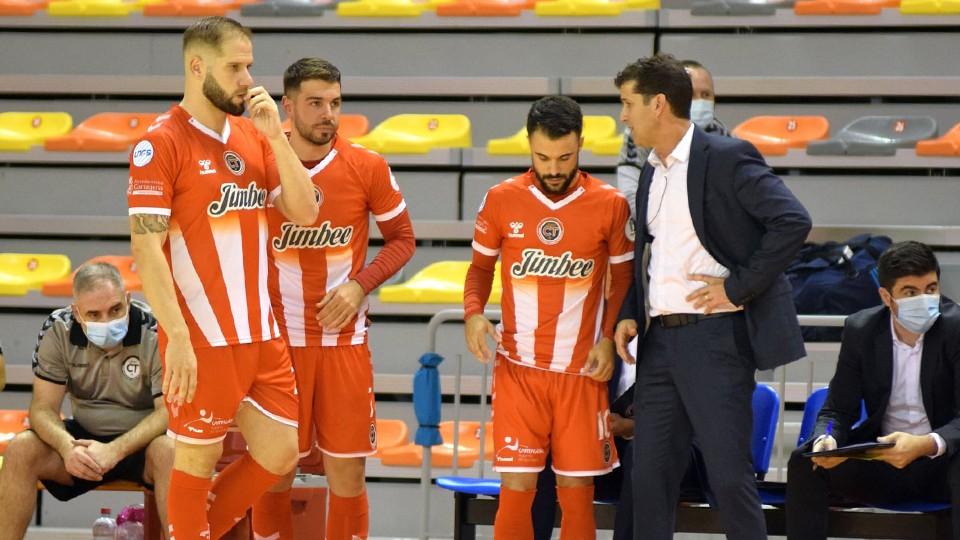 Eduardo Sao Thiago Lentz 'Duda', entrenador del Jimbee Cartagena, da instrucciones a sus jugadores.