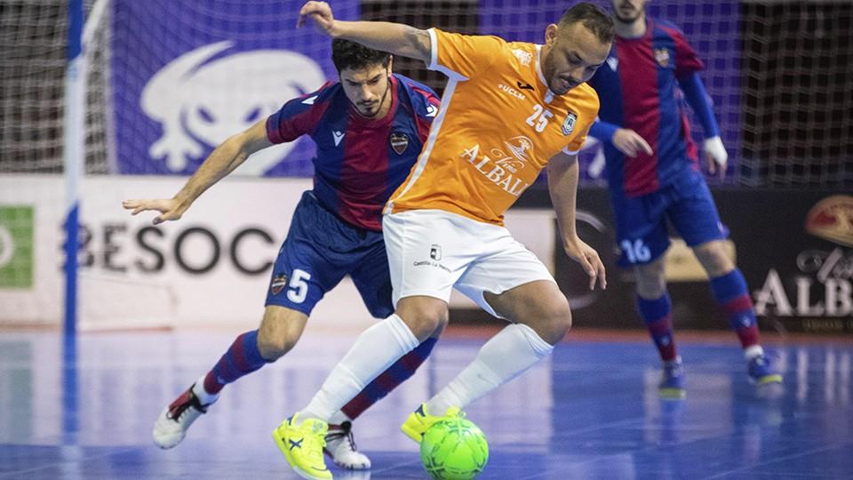 Matheus Preá, de Viña Albali Valdepeñas, protege el balón ante Marc Tolrá, de Levante UD.