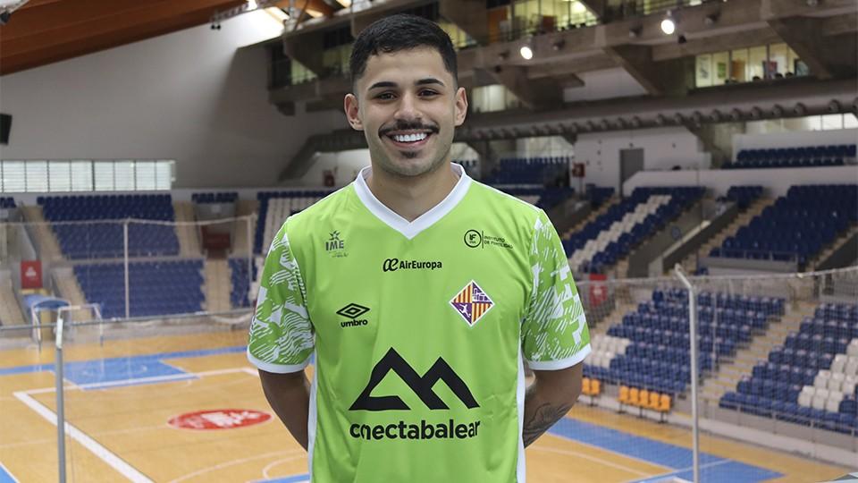 Daniel Airosa posa con la camiseta del Palma Futsal.