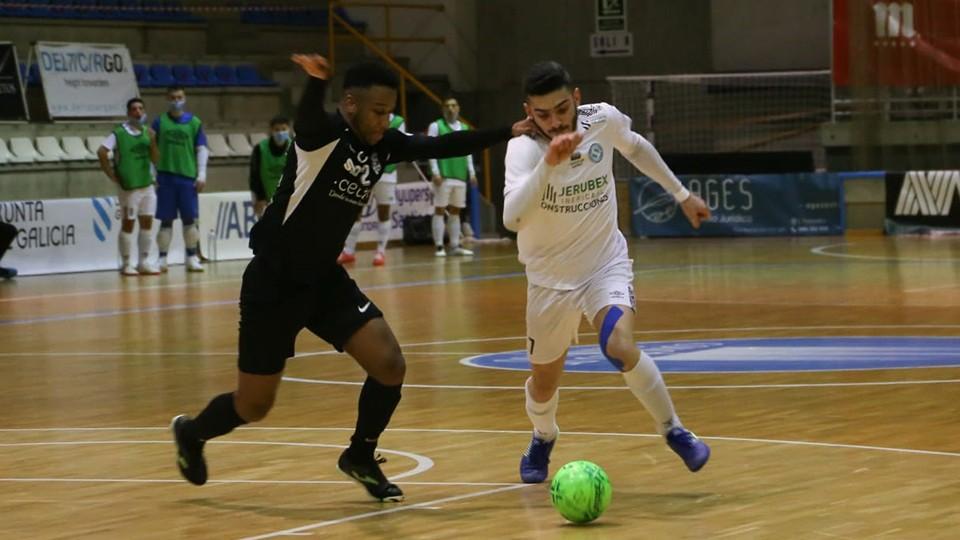 Porto, de Santiago Futsal, conduce el balón ante Everton, de Unión África Ceutí