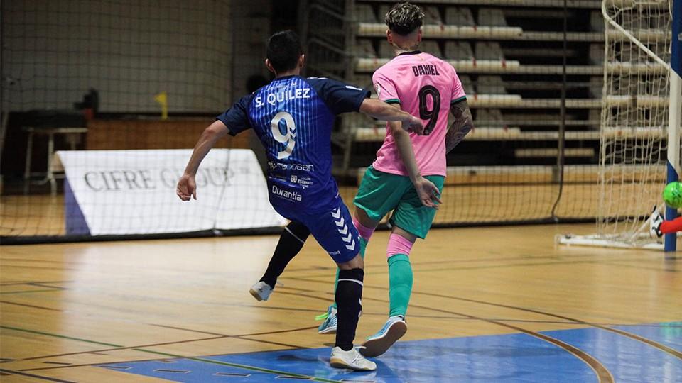 Sergio Quílez, jugador de Bisontes Castellón, dispara ante Dani Fernández, del Barça B.