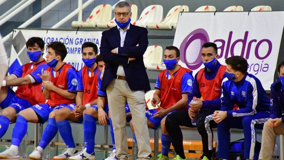 Alfonso Rodríguez, entrenador del Full Energía Zaragoza, durante un encuentro (Fotografía: Andrea Royo López)