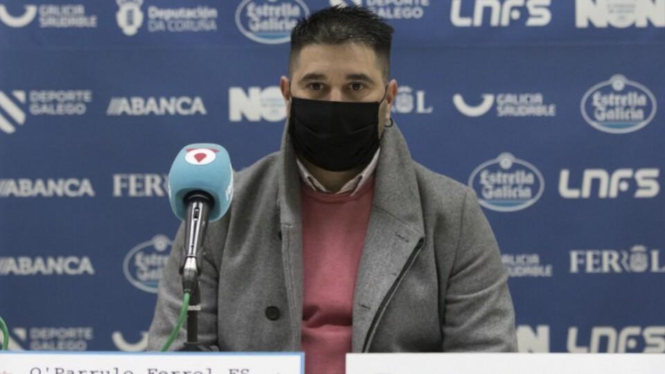 Iván López, director deportivo de O Parrulo Ferrol, en rueda de prensa (Fotografía: Hugo Nidáguila / Instantes Momentos Fotográficos)