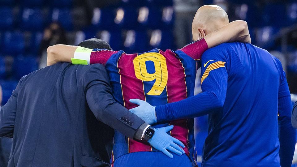 Sergio Lozano, jugador del Barça, abandona la pista lesionado.