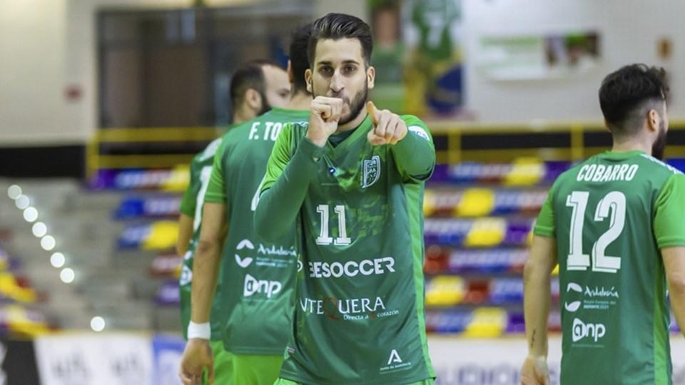 Álex Fuentes, jugador del BeSoccer CD UMA Antequera, celebra un gol