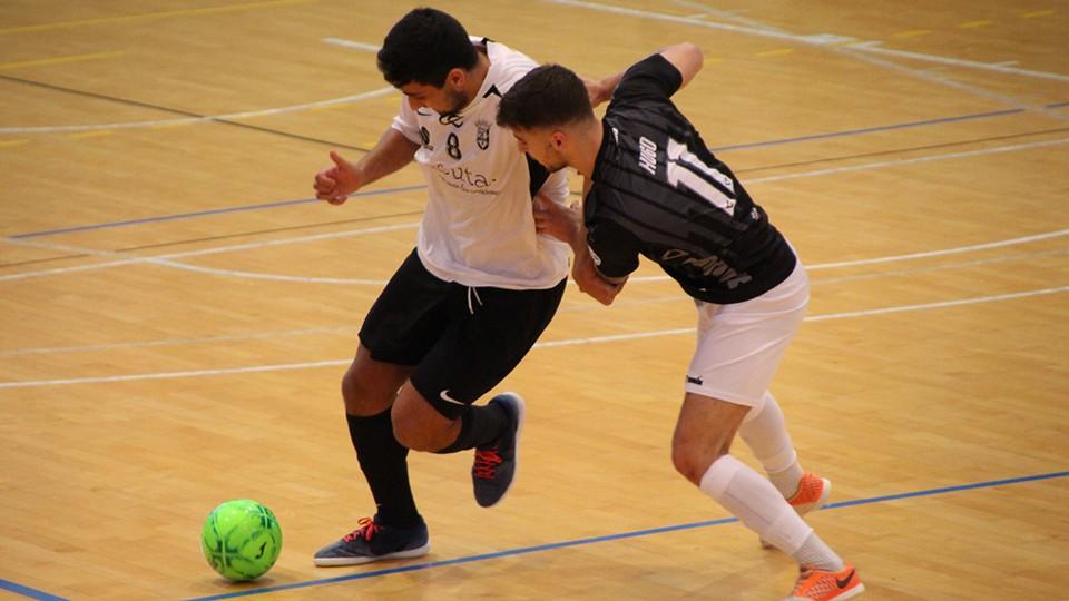 We Casas, jugador de la Unión África Ceutí, conduce el balón ante Hugo, de Rivas Futsal.