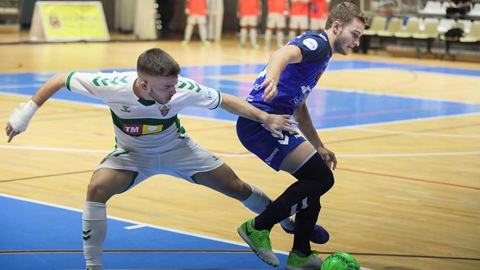 Pipi, del Bisontes Castellón, protege el balón ante Ramón, del Elche CF Sala