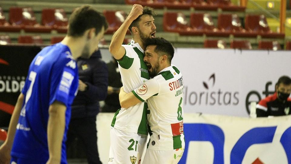 Zequi y Jesulito, jugadores del Córdoba Patrimonio de la Humanidad, celebran un tanto.