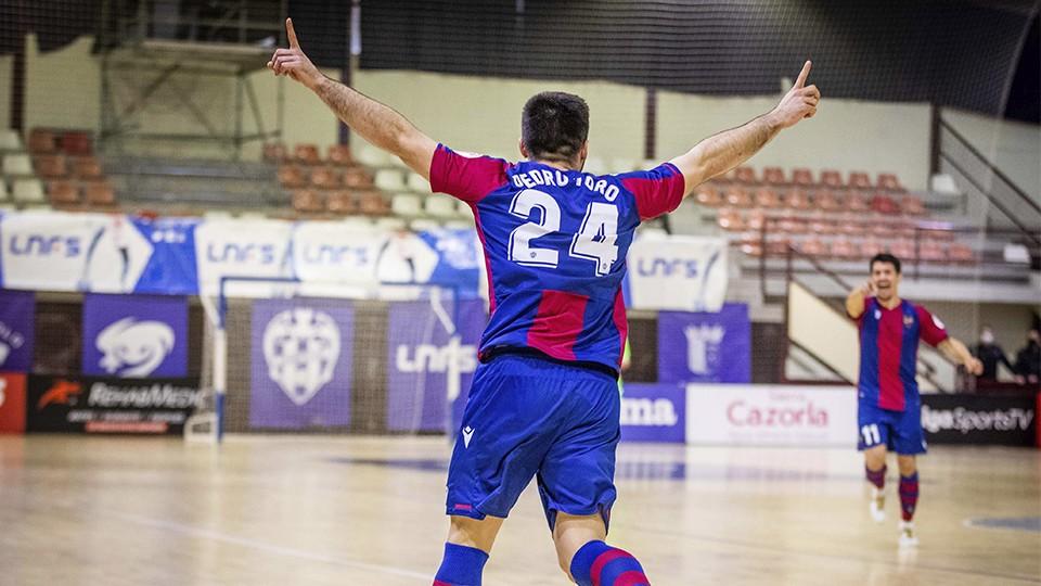 Pedro Toro, jugador del Levante UD FS, celebra un gol
