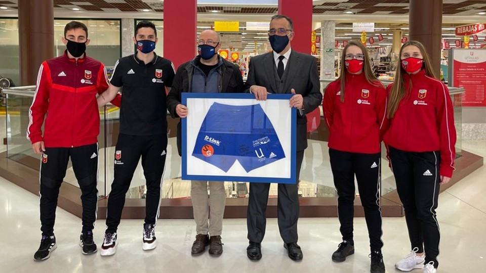 José Ramón Moreno, y el director Retail del GrupoIberebro, Paco Azlor, junto a los jugadores del Fútbol Emotion Zaragoza