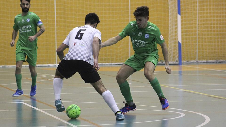 Vargas, de Rivas Futsal, frente a un rival del JERUBEX Santiago Futsal