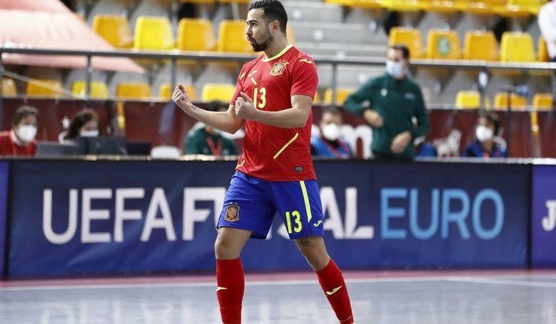 Chino, jugador del Viña Albali Valdepeñas, celebrando un gol con la Selección
