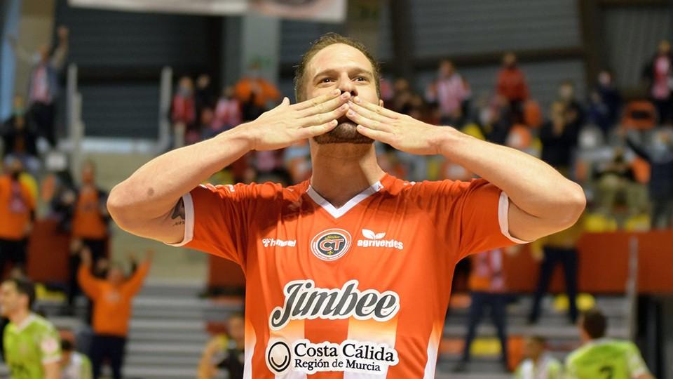 Solano, jugador del Jimbee Cartagena, celebra un tanto.