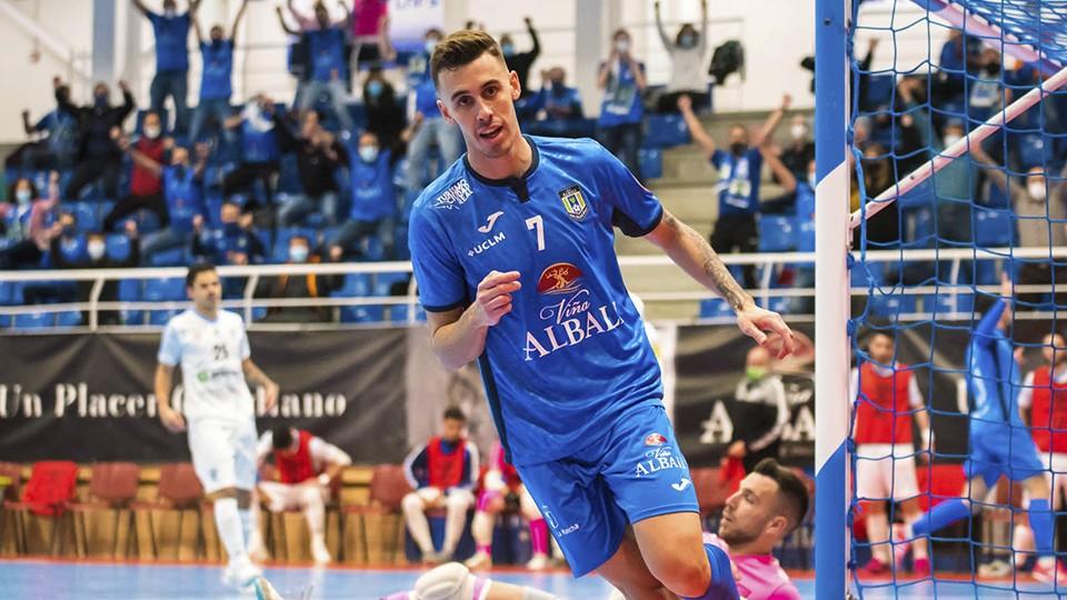 Álex García, jugador del Viña Albali Valdepeñas, celebra un gol. (Foto: ACP-FSV)