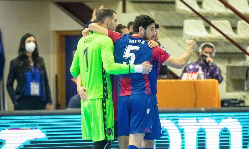 Marc Tolrà, del Levante UD FS, celebra un gol junto con sus compañeros