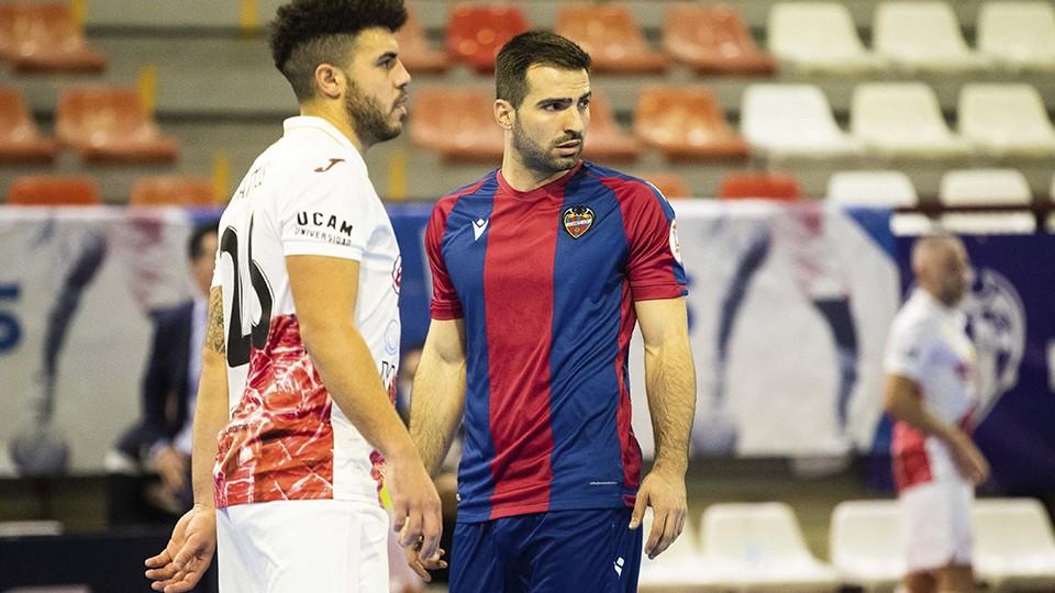 Pedro Toro, jugador del Levante UD FS, y Matteus, de ElPozo Murcia Costa Cálida.