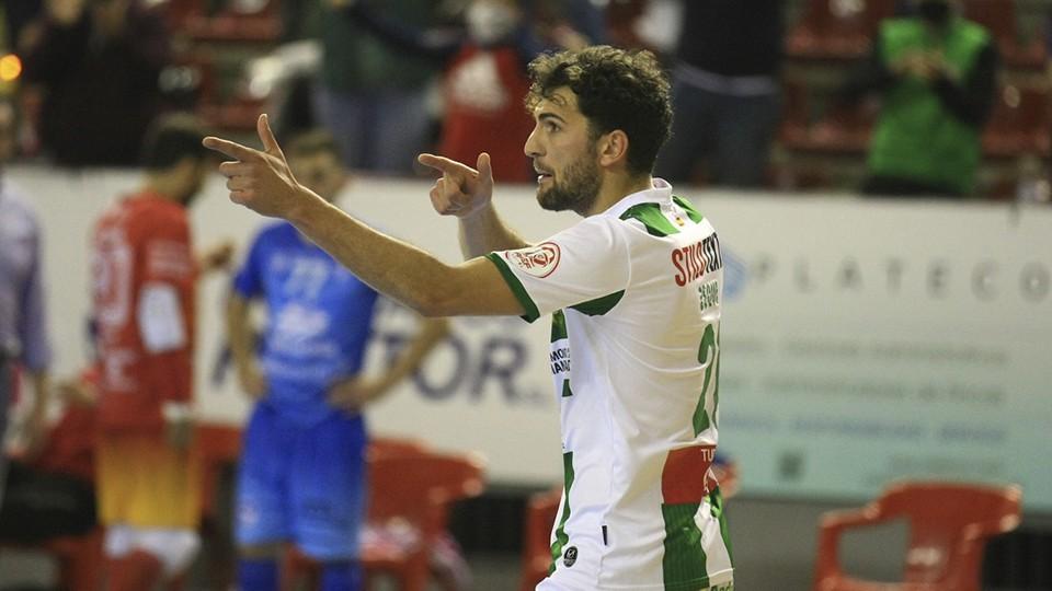 Zequi, jugador del Córdoba Patrimonio de la Humanidad, celebra un tanto.